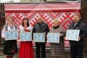 """На Чортківщині 614 дорослих та дітей заспівали """"Червону руту"""" і встановили рекорд України"""