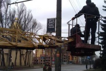 У Тернополі електроопори на двох вулицях очистили від незаконної реклами (ФОТО)