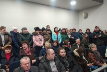 На сесії Тернопільської облради люди протестують проти розміщення евакуйованих з Китаю (ФОТО)