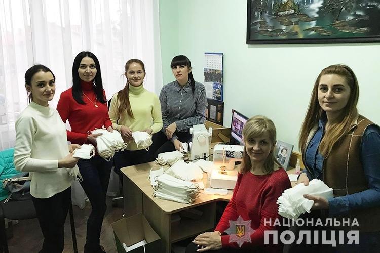 Працівниці поліції на Тернопільщині виготовили сотні масок для колег (ФОТО)