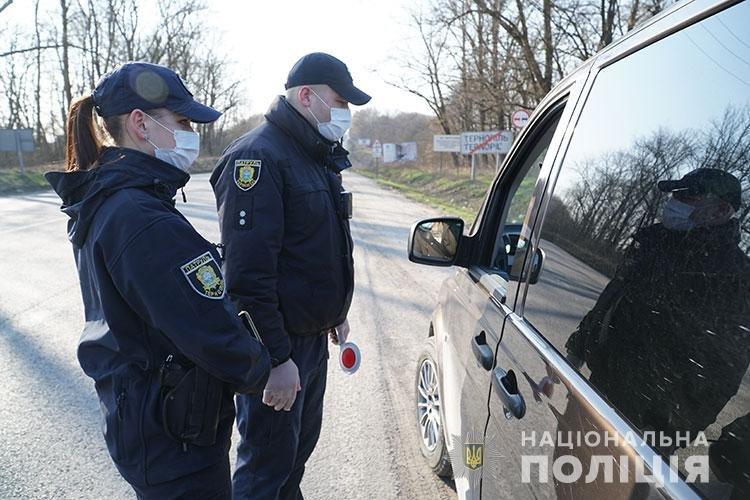 Патрульні поліцейські через гучномовці інформують тернополян про карантин