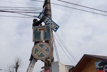 У центрі Тернополя демонтували незаконну рекламу з електроопор (ФОТО)