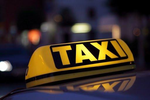 У Тернополі служби таксі безкоштовно підвозять медиків на роботу
