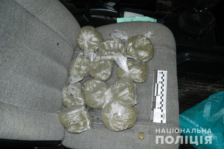 Пакет з речовиною, схожою на канабіс, вилучили правоохоронці Тернопільщини у жителя Львівщини