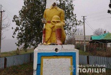 Хто вчинив наругу над пам'ятником воїнам Другої світової війни на Тернопільщині (ФОТО)