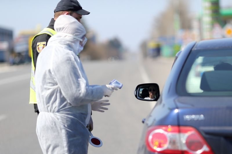 При в'їздах до Тернополя водіям і пасажирам авто міряють температуру (ФОТО)