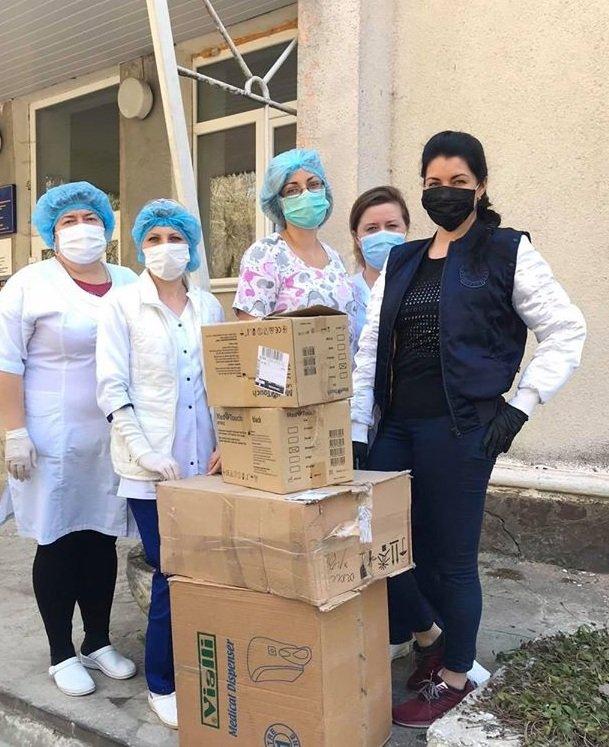 11-класники Тернопільської школи №3 передали міській дитячій лікарні благодійну допомогу (ФОТО)