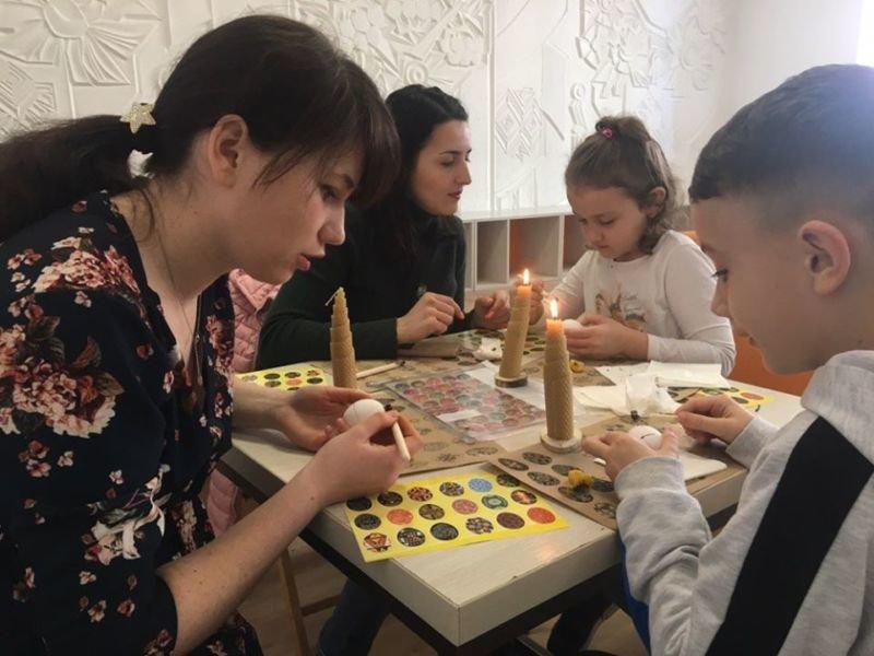 Великдень онлайн: тернопільські просвітяни навчають писанкарству і святкових традицій в Інтернеті