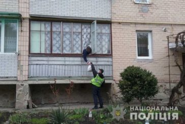 Якби не поліцейські, житель Бережан сидів би на самоізоляції голодний: сусіди допомогти відмовилися  (ФОТО)