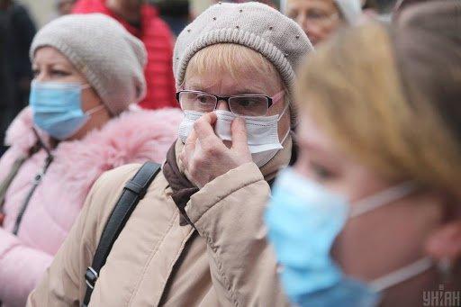 Українцям за 60 років через COVID-19 не рекомендують виходити на роботу, але є винятки…