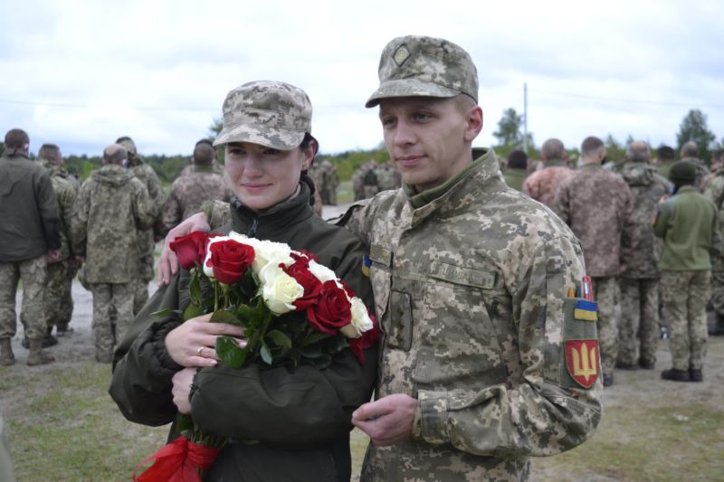 Офіцер, перед поїздкою в ООС, освідчився в коханні своїй нареченій: молодята познайомились у Тернопільській військовій частині (ФОТО)
