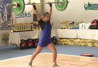 """""""Рік тому піднімала штангу вагою лише 16 кг, зараз піднімає усі 70 кг"""": як тендітна студентка з Тернополя здійснила мрію і потрапила у важку атлетику"""