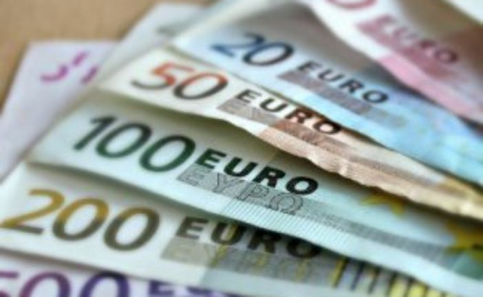 Заробітчани почали пересилати в Україну менше грошей