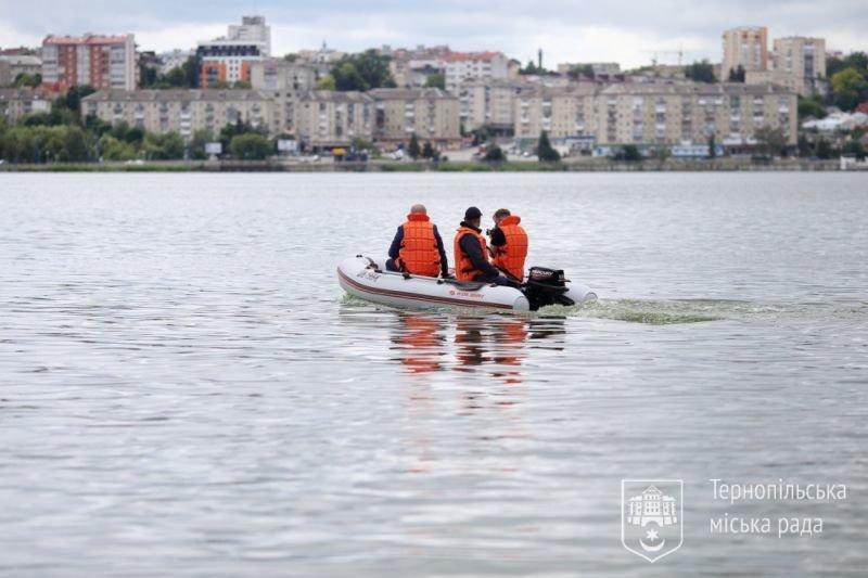 Муніципальні інспектори обстежуватимуть Тернопільський став на моторному човні (ФОТО)