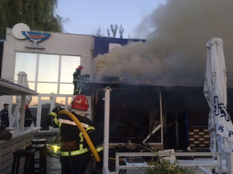 У Тернополі горіла літня тераса ресторану «Бухта Бар» (ФОТО)