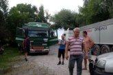 На Шумщині люди перекрили дорогу перевантаженим зерном машинам, які руйнують шлях та будинки (ФОТО)