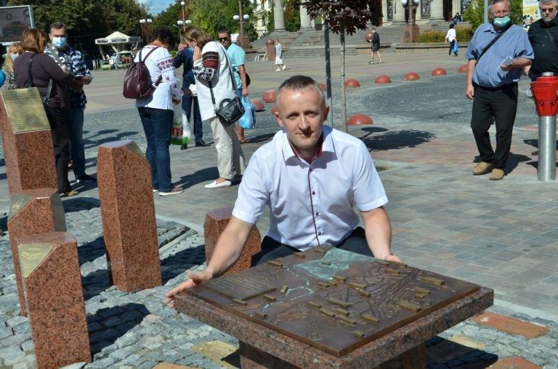 Нова туристична родзинка: меценати відтворили карту довоєнного Тернополя та зібрали дев'ять ключів від давніх будинків, які були знищені (ФОТО)