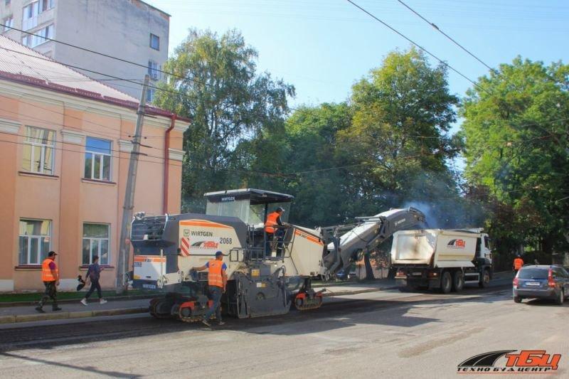 У Тернополі, на вулиці Острозького, ремонтують дорогу
