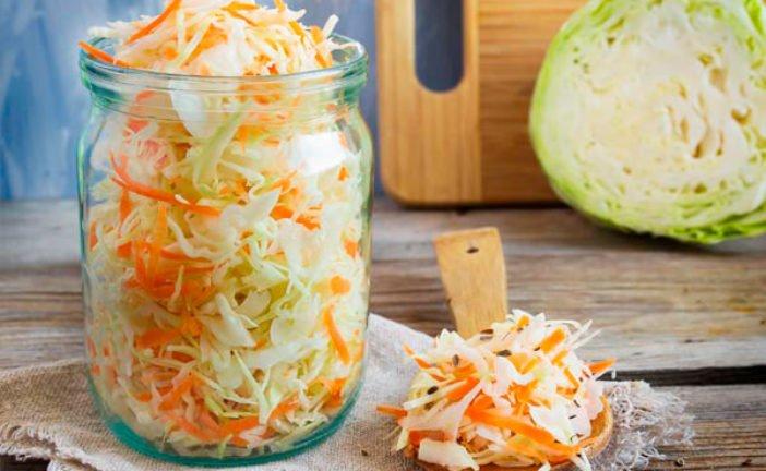Осіння вітамінна бомба: смачна і корисна квашена капуста