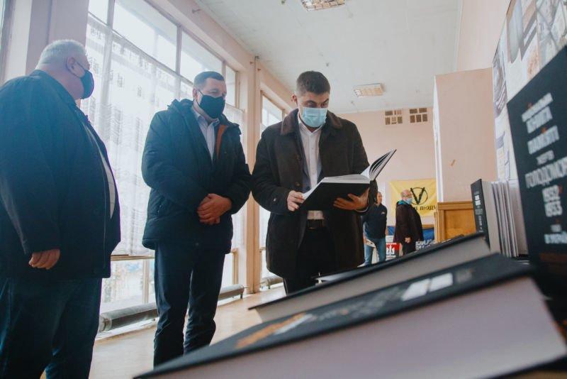 Заступник голови ОДА передав книги музею національно-визвольної боротьби Тернопільщини (ФОТО)