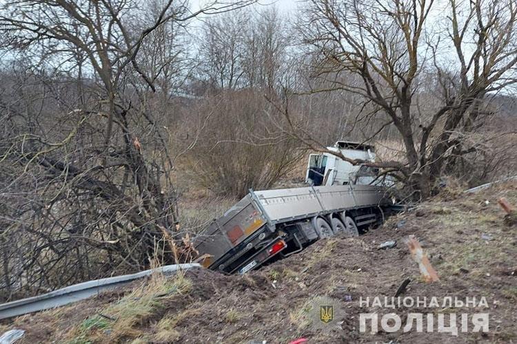 У смертельній автопригоді поблизу Тернополя зіткнулися чотири автівки