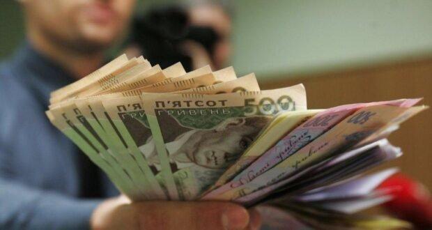 Зарплати українських міністрів: жодна криза не страшна