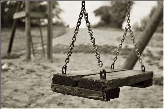 У Тернополі 10-річний хлопчик травмувався, упавши з гойдалки