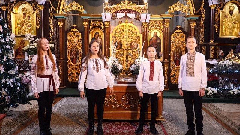 Наче ангельські голоси: діти священника з Тернопільщини переспівали відомий різдвяний хіт і підкорили мережу (відео)