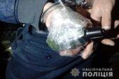 У Тернополі чоловік гуляв вулицею з прив'язаною до руки скляною