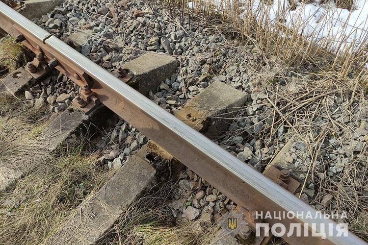 На Тернопільщині чоловік кілька днів розбирав діючу колію: здавав на брухт