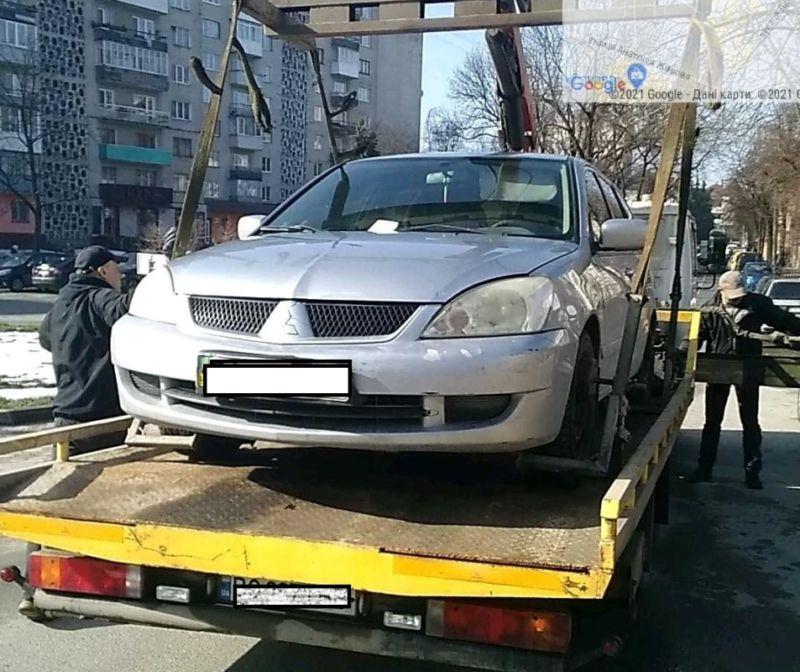 У Тернополі евакуювали сотню машин, які порушили правила паркування