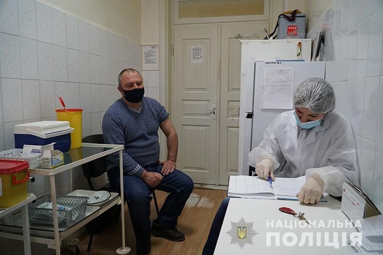 На Тернопільщині від ковіду вакцинують поліцейських