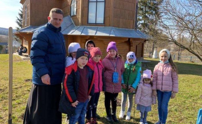 На Тернопільщині священники УГКЦ разом з школярами і молоддю саджали червоні дуби (фото)