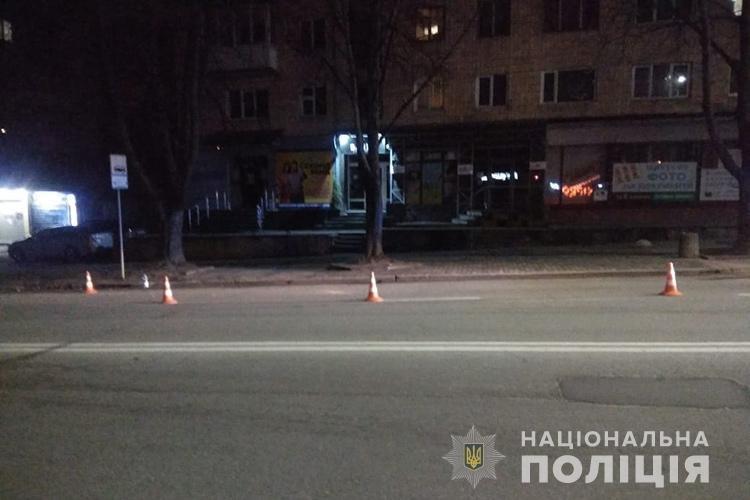Не дійшла 15 м до «зебри»: у Тернополі вночі автівка збила жінку, водій утік
