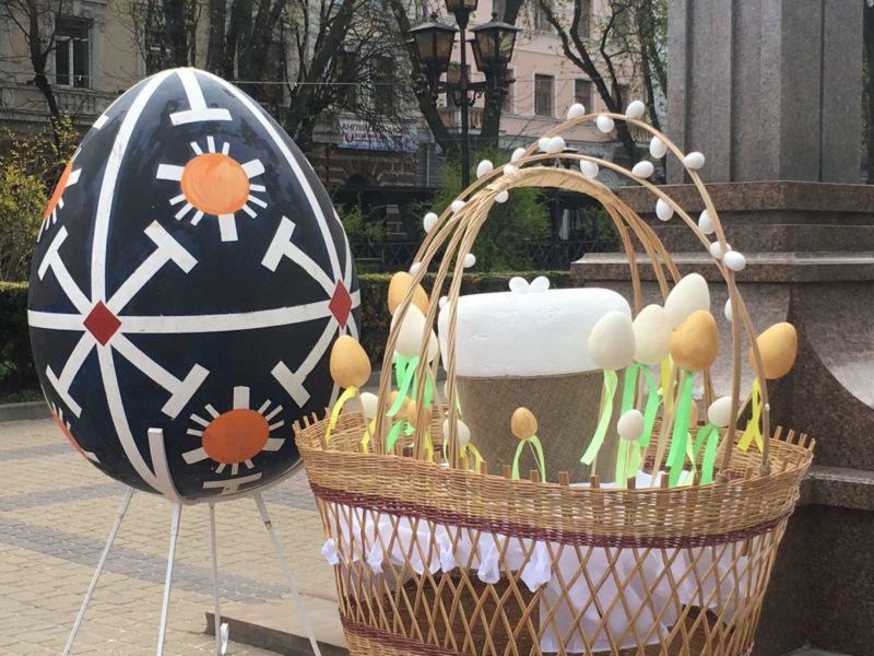 Напередодні Великодня Тернопіль прикрасили писанками і святковими кошиками (ФОТО)