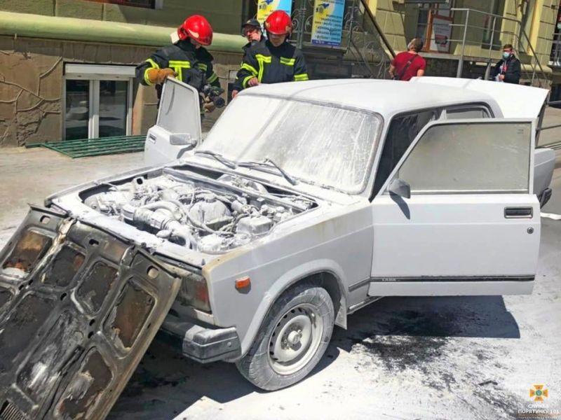 У центрі Тернополя горіло авто (фото)