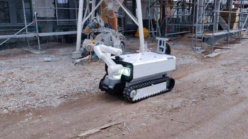 В Австрії робот-будівельник кладе цеглу і забиває цвяхи
