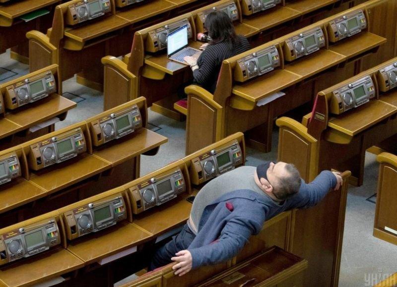 Більшість українців не довіряють партіям