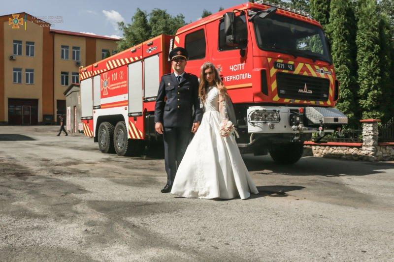Під миготіння проблискових маячків і акомпанемент сирени: на Тернопільщині побралися рятувальник і рятувальниця (ФОТО)