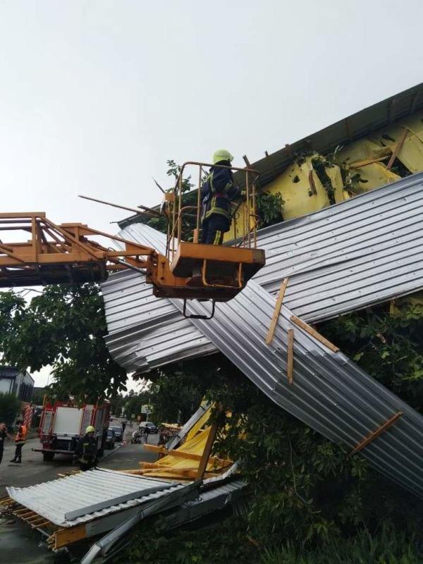 У Заліщиках на Тернопільщині сильний вітер зірвав покрівлю з будинку та повалив дерево на авто (фото)