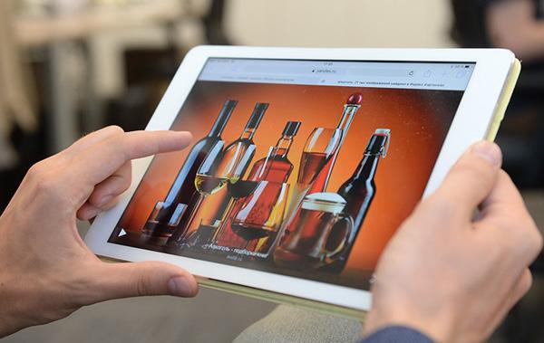 Житель Тернопільщини продавав фальсифіковане спиртне через інтернет і службу кур'єрської доставки: майже 1000 літрів щодня