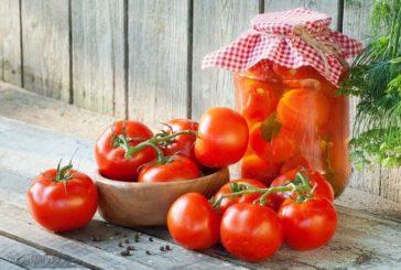 Квашені, гостренькі, солодкі та ароматні: топ-10 рецептів консервування помідорів