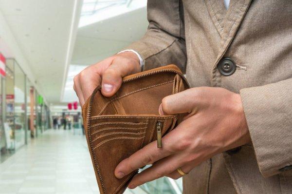 В Україні замість росту економіки збільшуються ціни, заробітчанство, пенсійний вік і зарплати чиновників