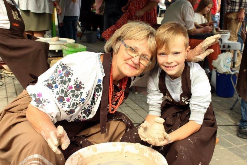 """Диво-пічка, найсмачніші голубці та багато глини – як розважались на фестивалі """"Не святі горшки ліплять""""(ФОТО)"""